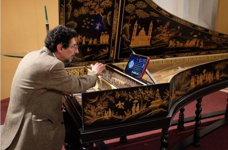 Joël Katzman, de bouwer van het klavecimbel, een kopie van een instrument van Jan Couchet [1615-1655], aan het stemmen voorafgaande aan het concert.