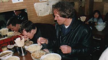 Robin Blaze (l) laat zich een traditioneel Japans gerecht goed smaken