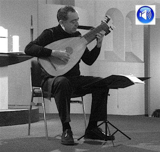 Luitist Xavier Díaz-Latorre deelde prachtige rozen uit in Baarnse Paaskerk